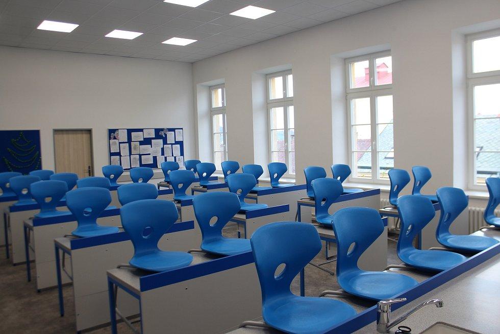 Nová učebna fyziky se pyšní novým nábytkem i zabudovanými zásuvkami.