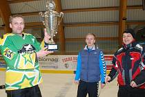 ŘEDITEL SOUTĚŽE Ivan Rybka spolu s Janem Drusanem předávají zástupci Novopackých sklepů pohár pro vítěze.