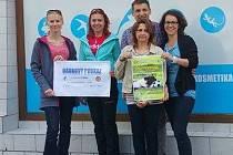 PŘEDÁNÍ VÝTĚŽKU z festivalu  12 990 Kč psímu útulku,  zleva Verča Klímová, Ivana Kašpárková, za tým Psího festivalu a sponzory Jan Veselý s Marií Horákovou, za Oblast. klub agility Štěpánka Březinová.