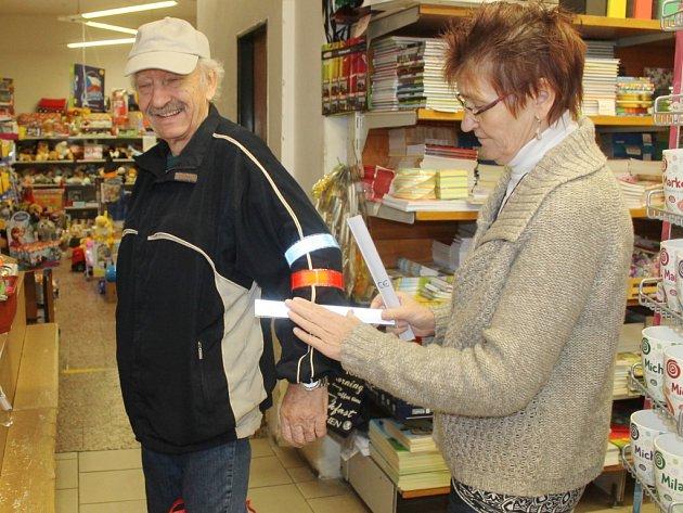 BYZNYS? Zatímco ještě na podzim se reflexní pásky prodávaly v jičínském papírnictví na Husově ulici za 12 korun, dnes už dodavatelé výrobku navýšili jeho cenu vzhledem k poptávce na 25 korun.