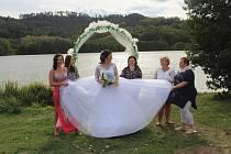 Kouzelnou krajinu Jinolických rybníků si vybrali pro svůj svatební obřad. Manželé Kuchyňkovi z Jičína pak význačný životní krok oslavili ve známé restauraci U Čhochtana.