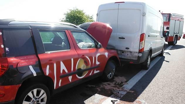 Nehoda čtyř aut: Střetly se dvě dodávky, jeden osobní vůz a jedno nákladní auto.