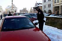 Městská policie v Nové Pace pravidelně kontroluje řidiče, parkující se svými vozy na Masarykově náměstí.