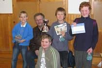 Na nejlepší šachová družstva čekaly poháry a také pěkné diplomy.