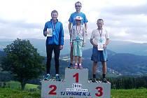 HOŘICKÝ běžec Bořek Jančík na nejvyšším stupni po závodu ve Vysokém nad Jizerou.