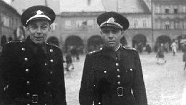 Jičín, Valdštejnovo náměstí, dne 5. května 1945 – šstrážm. Oldřich Jaroš (vlevo) a Najmon.
