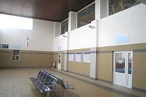 JIČÍNSKĚ  ŽELEZNIČNÍ nádraží svítí novotou. Prokoukly nejen vnitřní upravené prostory, ale především  zastřešený perón s novou zámkovou dlažbou, odkud zmizel  stánek PNS.