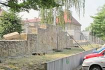 Oprava jičínské nemocniční zdi.