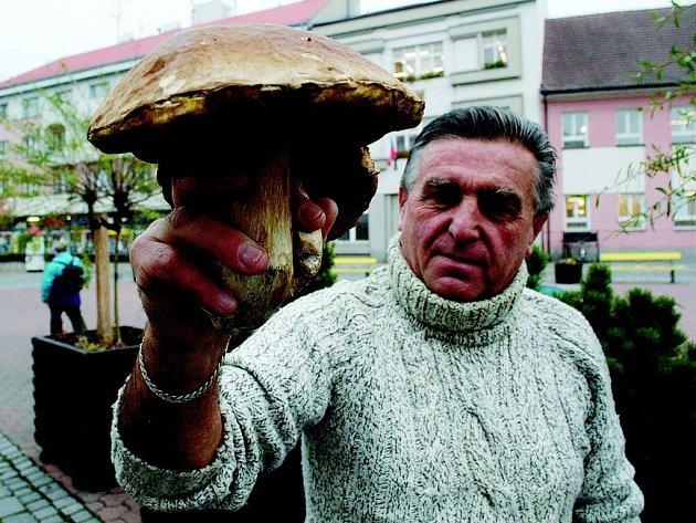 Václav Kameník z Jičína s hřibem, který váží celý kilogram a má klobouk o průměru 20 cm.