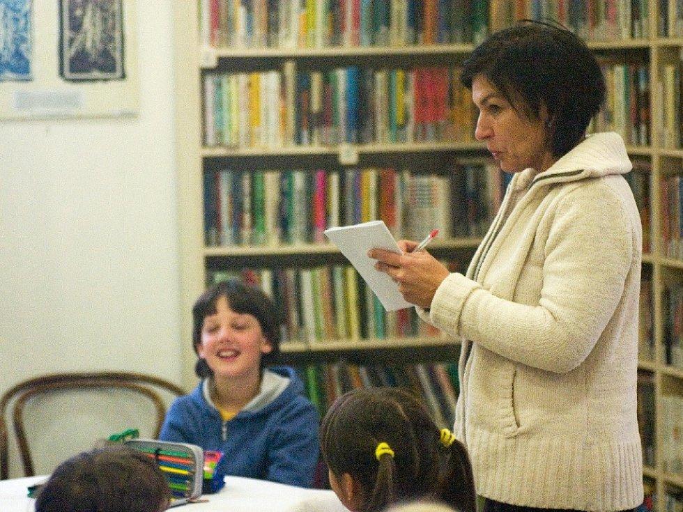 Martina Komárková na besedě s dětmi.