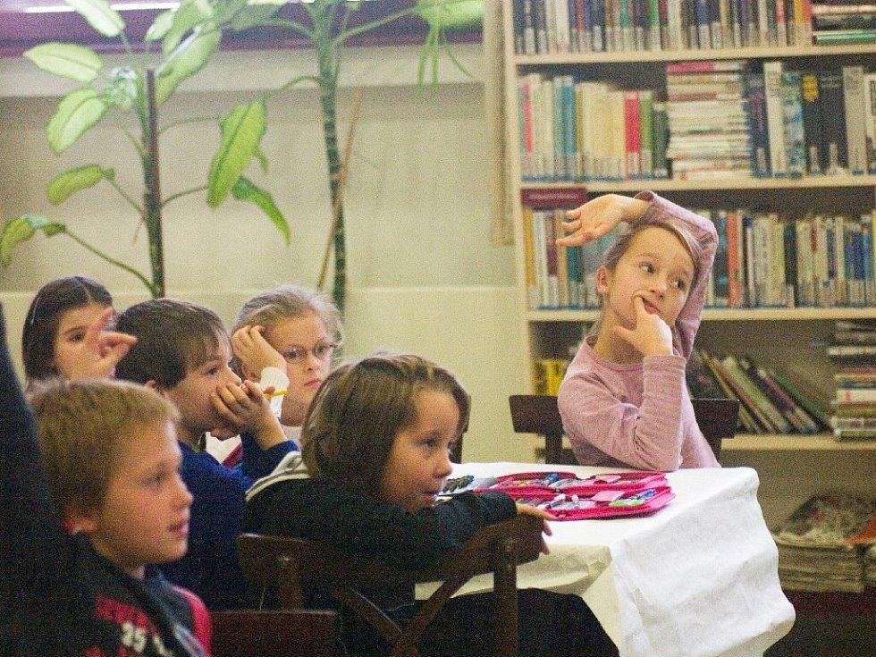Děti na besedě v knihovně.