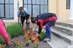 Ve středu dokončili výsadbu letniček v lázeňském městě žáci III. ročníků.