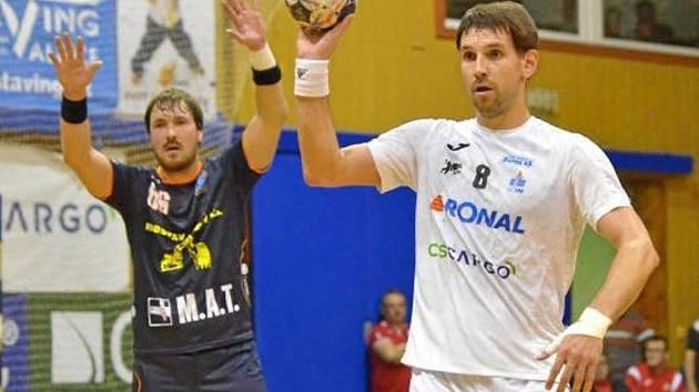 Martin Bareš (v bílém) zažívá s týmem povedený start do sezony. O víkendu hraje Jičín ve Frýdku-Místku, kde bude po dvou výhrách za sebou v roli favorita.