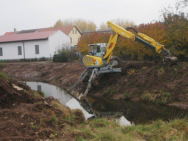 Čištění koryta Javorky v Ostroměři.