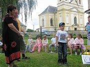 Besídka dětí ostruženské MŠ pořádaná pro seniory.