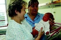 Dětská sestra Martina Pěničková v porodnickém oddělení jičínské nemocnice s novopečenou maminkou.