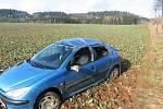 U Vidochova (Jičínsko) havaroval pětašedesátiletý řidič peugeotu do příkopu. Uhýbal padajícím prknům z nejzjištěného nákladního automobilu. Při nehodě byl lehce zraněn, škoda je vyčíslena na 80 tisíc korun.