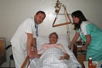 Ředitel hořické nemocnice MUDr. Petr Adámek se sestrou Veronikou Klímovou a pacientkou Jaroslavou Kotykovou.