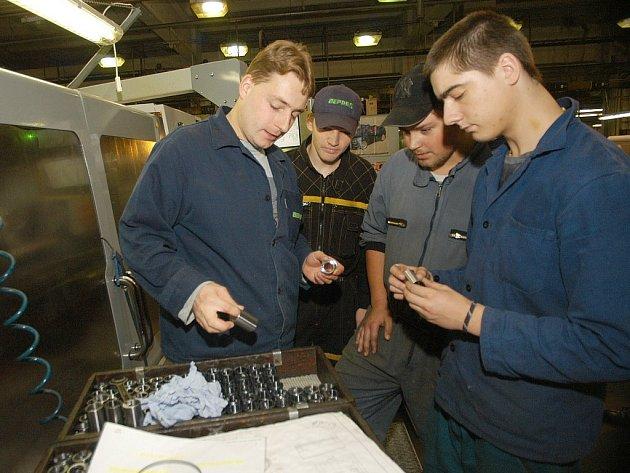 Budoucí obráběči kovů vykonávají praxi v bělohradské firmě Deprag.