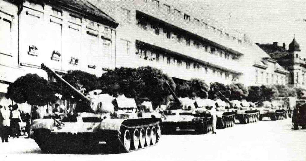 Tanky roku 1968 na hořickém náměstí jedou směrem od Dachov.