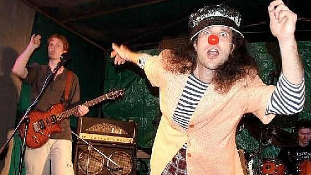 PRVNÍ HOŘE jsou pověstní svojí koncertní šou, jíž dominuje klaun Šťulda.