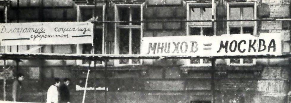 Nápisy na rohu jičínské Šafaříkovy ulice.