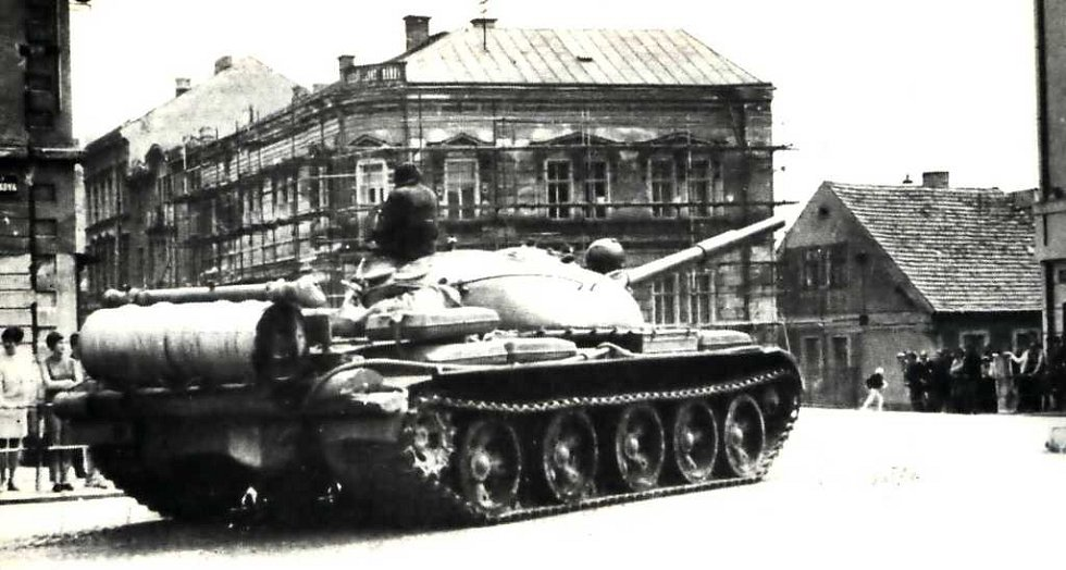Ruský tank roku 1968 před jičínskou Astrou.