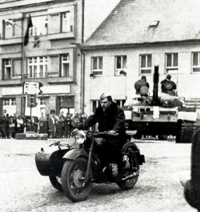 Ruský motocyklista v roce 1968 před jičínskou Astrou.