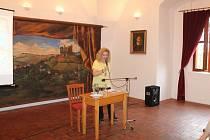 Konferenci na hradě Pecka zahájila svým příspěvkem docentka Marie Šedivá Koldinská, která se zaměřila na bělohorskou dobu včetně jejich aktérů a Kryštofa Haranta.