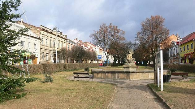 Hořické náměstí po vykácení některých stromů na podzim 2011.