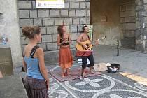 Pouliční umělci Marie-Karoline a Damien.