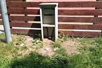 Při svém posledním tažení rozkopala parta mladistvých elektrickou skříň na venkovním hřišti.