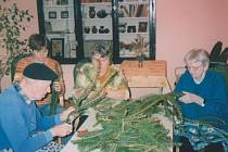 Senioři vyráběli dušičkové věnečky.