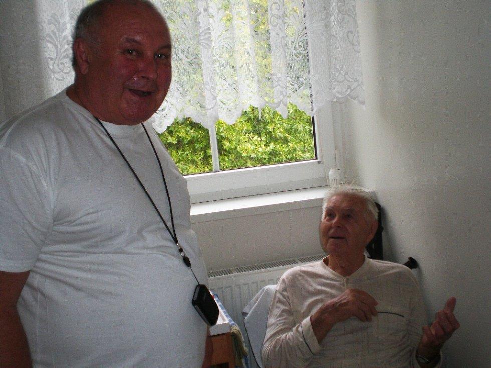 MUDr. Egon Procházka, zastupující primář hořické LDN s pacientem.