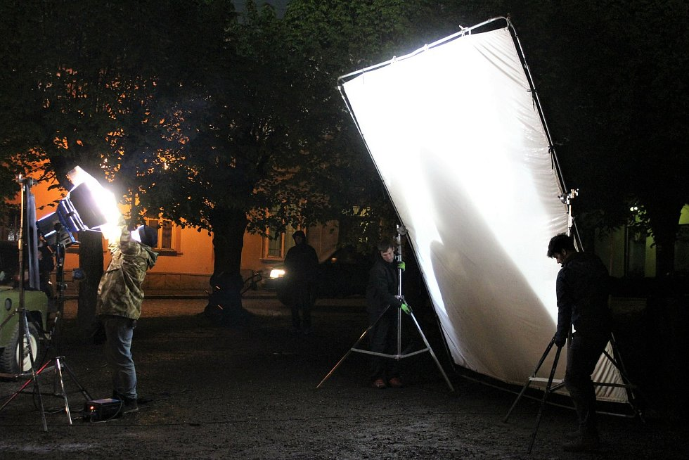 Štáb čítá kolem 40 lidí. Technici, osvětlovači, zvukaři, kameramani nebo produkční makají jako hodinky, na plátně je ale neuvidíte.