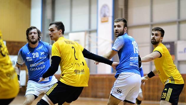 Jasná výhra. Kapitán Jičína Ondřej Šulc (vlevo v modrém) a Martin Milko se takhle během sobotního utkání snažili rozpohybovat obranu Maloměřic. Jičín nakonec vysoko 38:17 vyhrál.