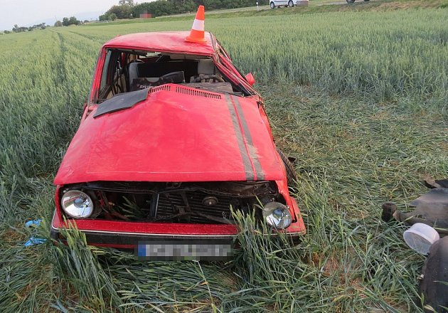 Auto šlo několikrát přes střechu a skončilo v poli.