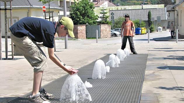 Vodní osvěžení před novopackým městským úřadem.
