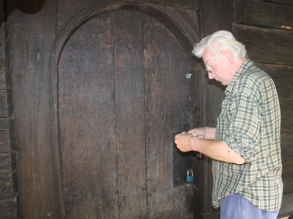 Unikátní dřevěný kostelík ze 17. století prochází opravou.