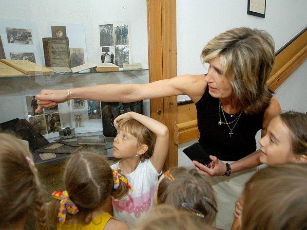 Tisková mluvčí policie Hana Klečalová poskytuje informace dětem na výstavě.