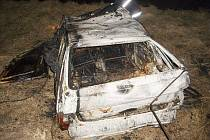 Shořelý automobil u Vlhošti.