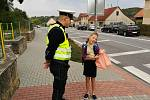Policisté dětem připomínali bezpečné chování na přechodech.
