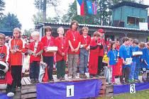 Členové vítězného družstva Brada – Rybníček na nejvyšším stupni soutěže O ploukonického dráčka. Z vítězství měli obrovskou radost, na druhém místě skončily Jinolice (vlevo).