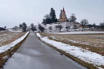 Byšička - kostel na příjezdu od Lázní Bělohradu.