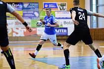 Hráč Jičína Jiří Drbohlav (v modrém) se snaží přejít přes obranu Karviné.