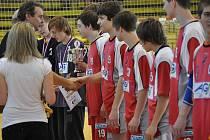 Jičín přebírá pohár, zlaté medaile a diplom. Družstvo dokázalo udělat onen pověstný poslední krok.