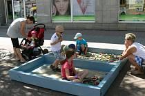 Kostkoviště pro děti na jičínské pěší zóně.