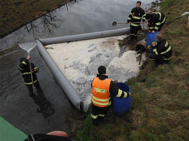 Dopravní nehoda v Ostroměři spojená s únikem nafty do řeky.