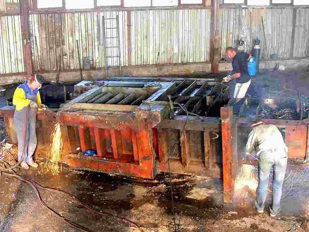 Demontáž starého lisu na zpracování surovin v areálu jičínského sběrného dvora.