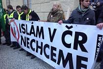 Demonstrace proti islamizaci v Praze v půlce ledna 2015.